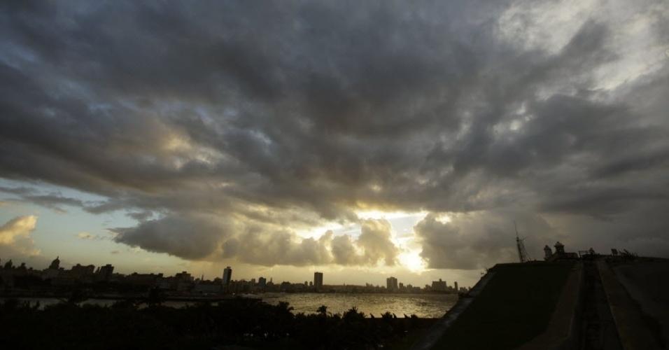 25.out.2012 - Nuvens encobrem céu em Havana (Cuba)