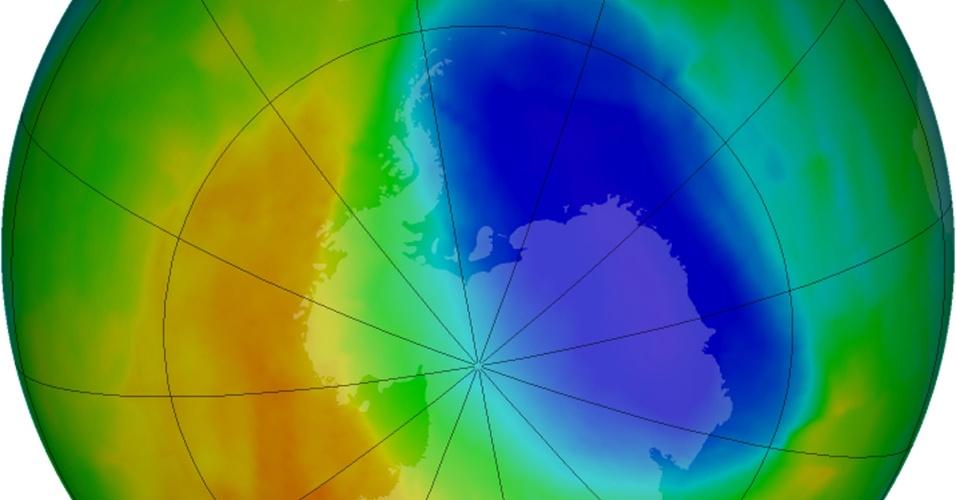 25.out..2012 - O buraco na camada de ozônio em 2012 sobre a Antártida, que se forma anualmente entre setembro e outubro, foi o segundo menor em 20 anos devido a temperaturas menos frias, informou esta quarta-feira (24) a Agência Americana Oceanográfica e Atmosférica (NOAA, na sigla em inglês). A imagem da Nasa, colorida artificialmente, mostra as regiões com menos ozônio (a mancha roxa) e as com mais (em amarelo e vermelho)