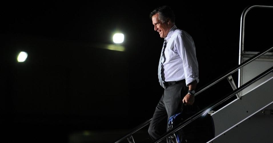 25.out.2012 - O candidato republicano à Presidência dos Estados Unidos, Mitt Romney, desembarca em Cincinnati, em Ohio (EUA), na noite desta quarta-feira (24). Romney chegou à cidade para participar de evento de campanha