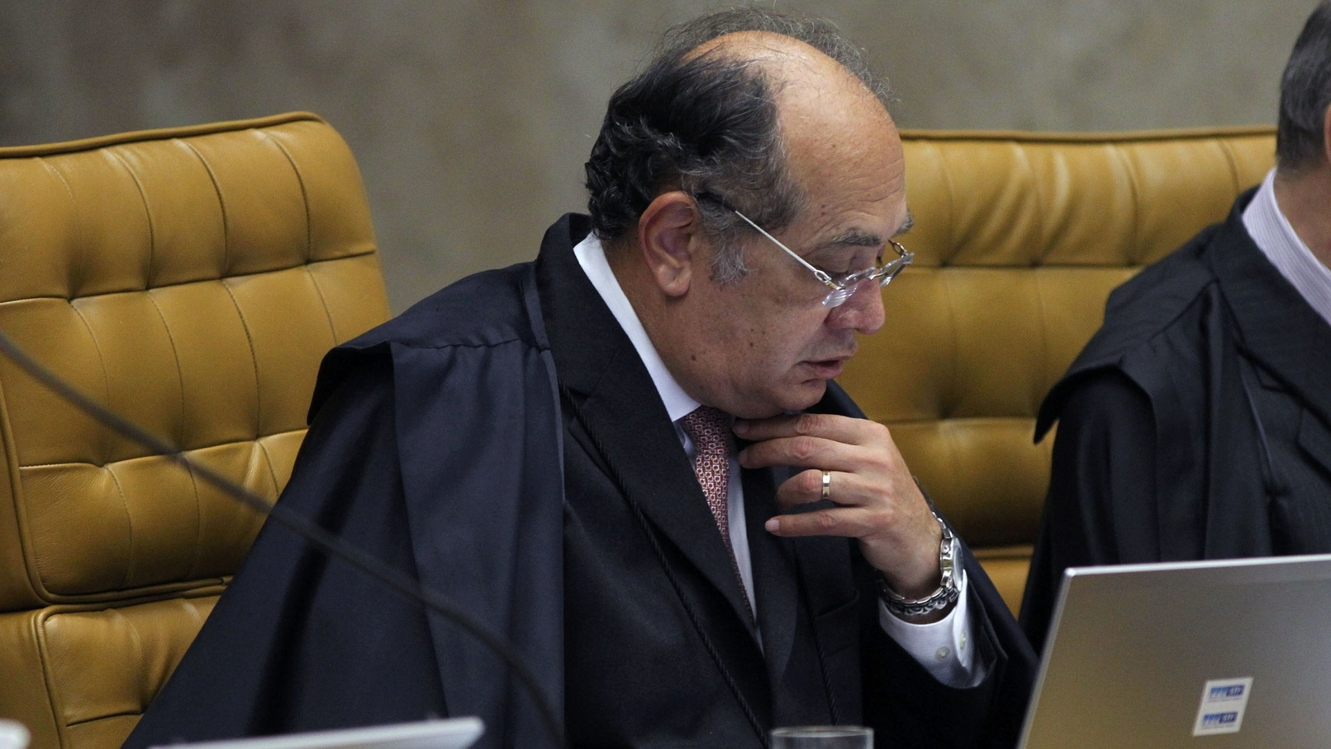 25.out.2012 - O ministro Gilmar Mendes acompanham sesso de julgamento do mensalo no Supremo Tribunal Federal, em Braslia. A sesso, dedicada  votao sobre as penas dos rus ligados ao ncleo publicitrio do escndalo, condenou o ex-scio de Marcos Valrio, Ramon Hollerbach, a pelo menos 14 anos 