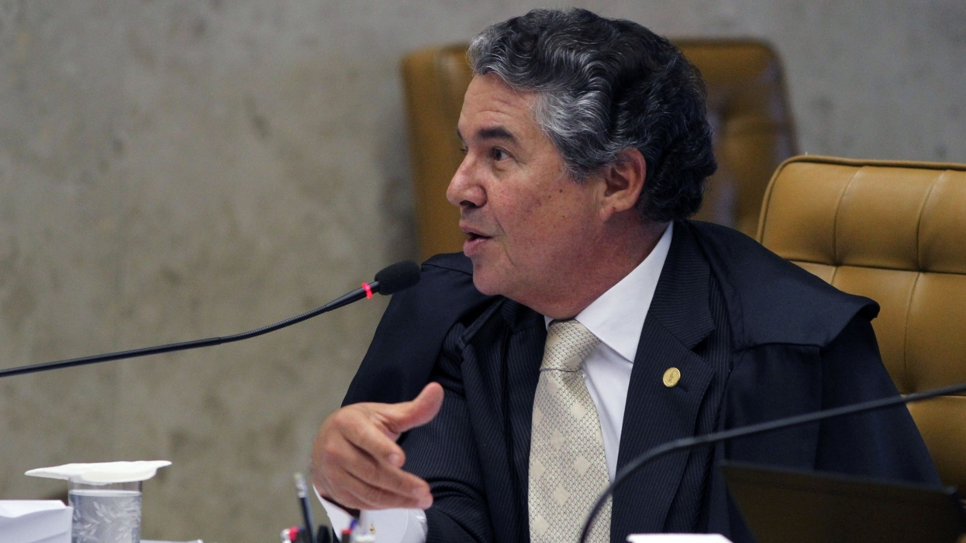 25.out.2012 - O ministro Marco Aurlio acompanha sesso do julgamento do mensalo no Supremo  Tribunal Federal. 