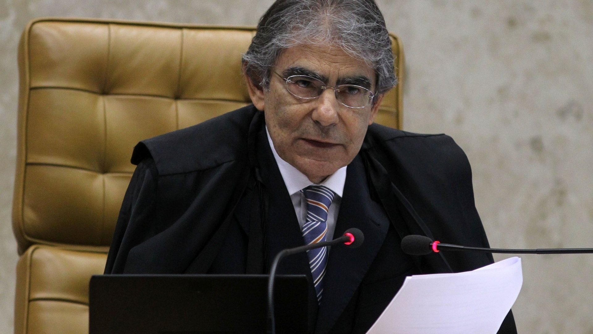 25.out.2012 - O presidente do Supremo Tribunal Federal, o ministro Ayres Britto, acompanha sesso de julgamento do mensalo no Supremo Tribunal Federal. Segundo ele, a pena sugerida por Barbosa para Ramon Hollerbach  de dois anos e oito meses de recluso, e a proposta por Lewandowski  de um ano e quatro meses de priso