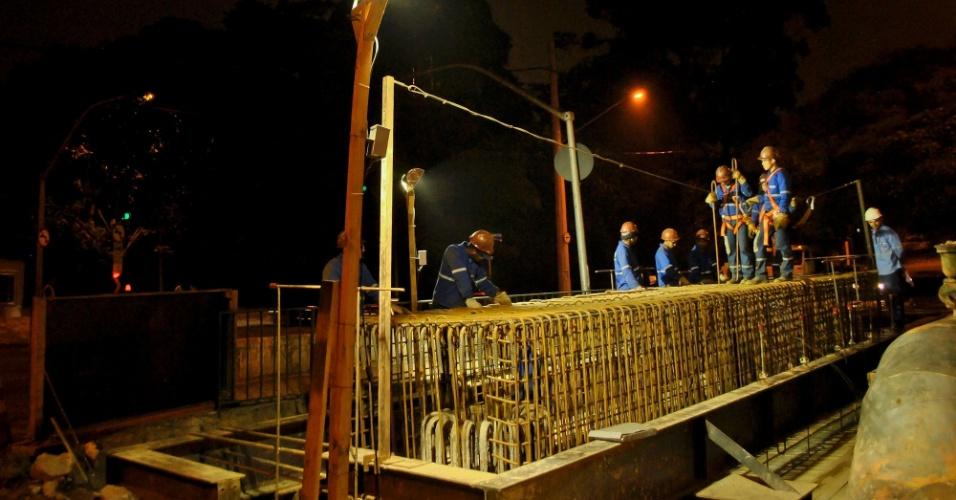 25.out.2012 - Operários trabalham nas obras de monotrilho na avenida Roberto Marinho, no bairro do Brooklin, em São Paulo (SP)