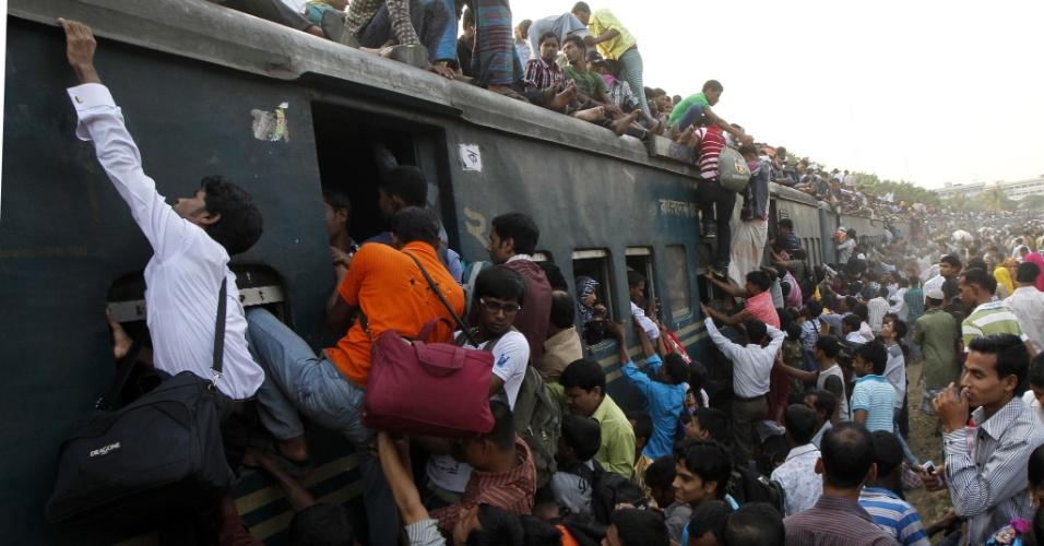 25.out.2012 - Bengaleses muçulmanos se amontoam em trem na estação de Dacca, capital de Bangladesh, para voltarem para suas casas, localizadas em aldeias distantes, e celebrarem com suas famílias o festival Eid Al Adha, também conhecido como Festa do Sacrifício. O evento lembra a disposição de Abraão em sacrificar o seu filho  Ismael por ordem de Deus