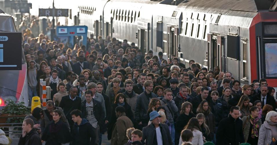 25.out.2012 - Passageiros caminham em plataforma de trem da estação de Lyon, em Paris, nesta quinta-feira (25). Os funcionários do metrô da capital francesa, junto com os trabalhadores de outras três organizações sindicais, entraram em greve em protesto contra planos de reestruturação das empresas que podem impactar nos empregos