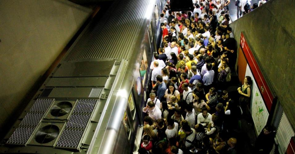 25.out.2012 - Passageiros se amontoam na estação Anhangabaú do Metrô de São Paulo, na capital paulista
