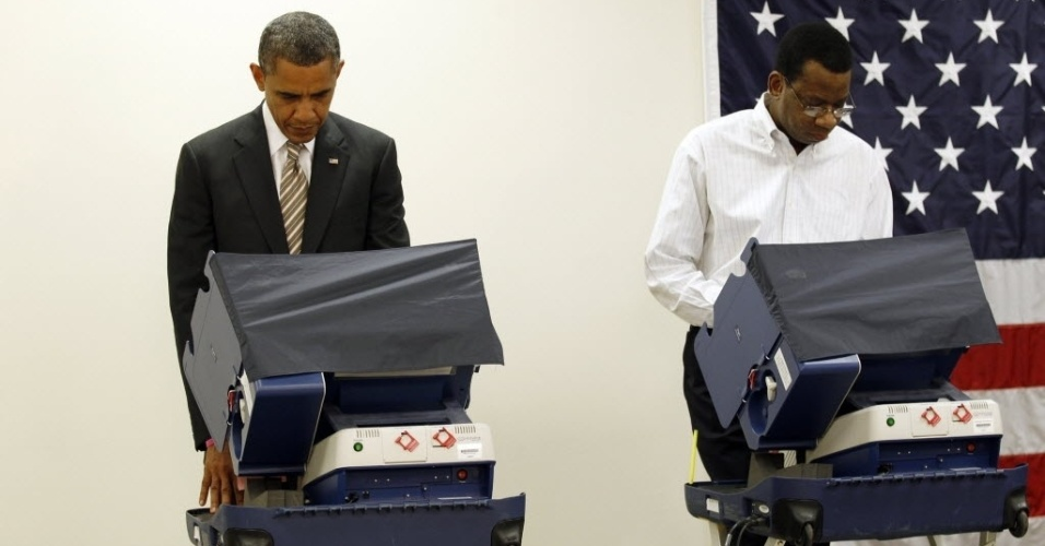25.out.2012 - Presidente dos Estados Unidos, Barack Obama (esq.), vota no Centro Comunitário Martin Luther King, em Chicago