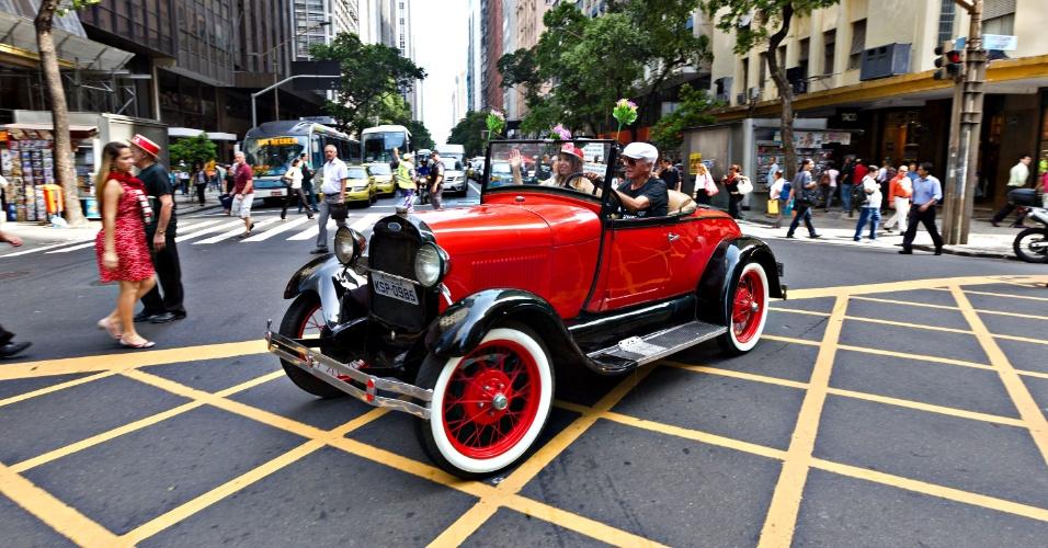 25.out.2012 - Um carro de 1929 cruza a avenida Rio Branco no centro do Rio de Janeiro, no início do protesto contra a venda de 42 imóveis tombados e pertencentes à Ordem Terceira de São Francisco da Penitência ao Banco Opportunity