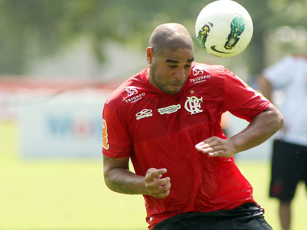 Adriano cabeceia bola durante treino de finalizaes do Flamengo no Ninho do Urubu