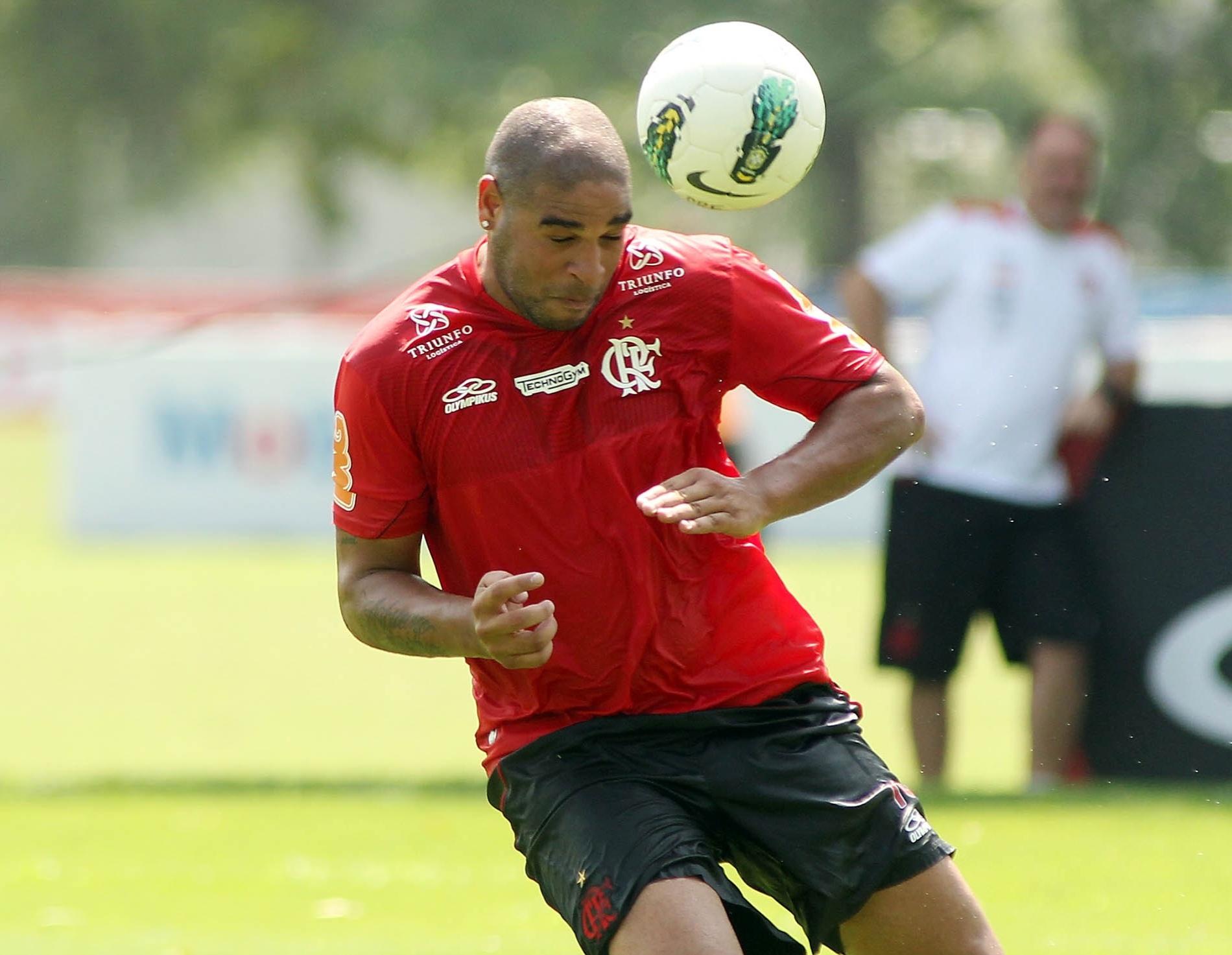 Adriano cabeceia bola durante treino de finalizações do Flamengo no Ninho do Urubu