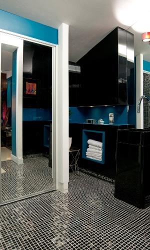 O azul visto no dormitório pontua também o banheiro da Suíte do Rapaz, criada pelos arquitetos Marcelus Caracas e Odete Aragão. A 14ª Casa Cor CE segue até dia 20 de novembro de 2012, na Praça Portugal, em Fortaleza