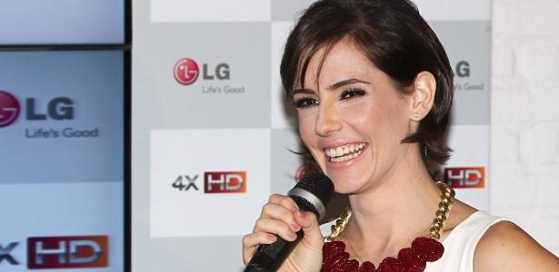 Deborah Secco fala durante evento de marca de eletrônicos em São Paulo (25/10/12)