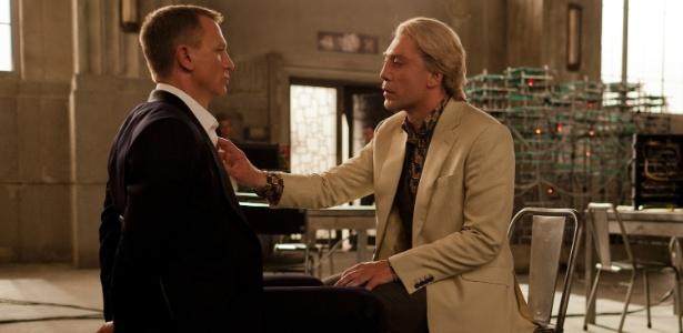 Em cena de 007 - Operação Skyfall, o vilão Silva (Javier Bardem) aprisiona James Bond (Daniel Craig)