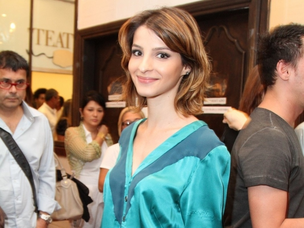 Giselle Batista vai à estreia para convidados da peça