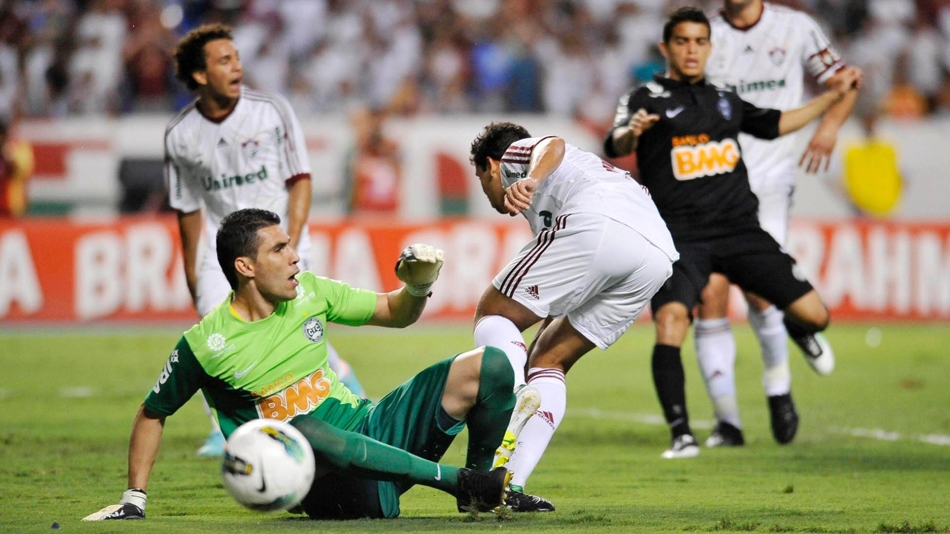 Goleirio Vanderlei protege a área do Coritiba de ataque do Fluminense no Engenhão