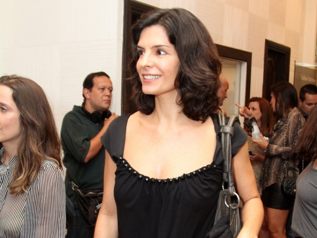 Helena Ranaldi vai à estreia para convidados da peça