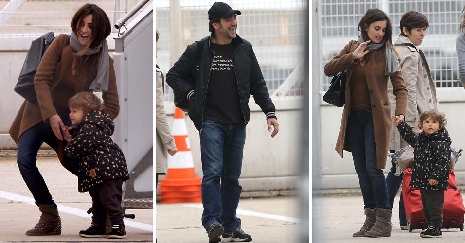 Javier Bardem e Penelope Cruz desembarcam com o filho Leo em aeroporto de Paris (24/10/12)
