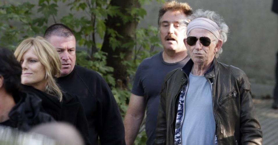 Keith Richards chega acompanhado de seguranças para show da banda em Paris (25/10/12)