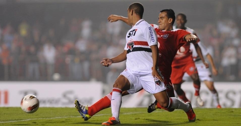 Lucas, do São Paulo, tenta a jogada durante partida contra a Liga de Loja