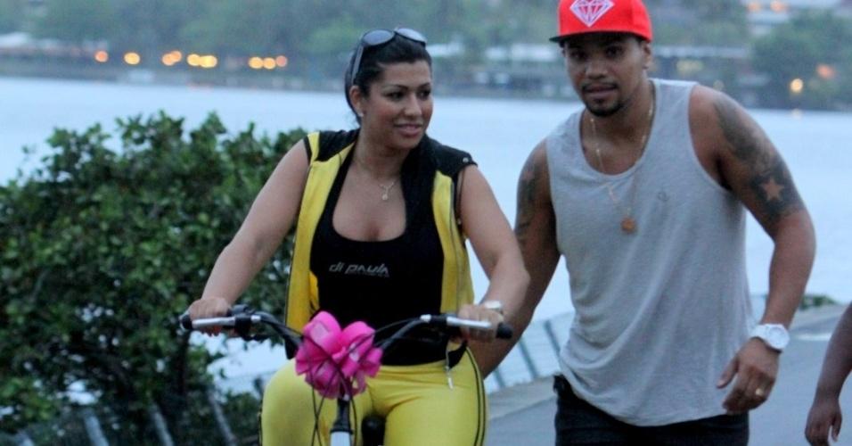 Naldo ensina sua mulher Ellen Cardoso (Moranguinho) a andar de bicicleta na Lagoa Rodrigo de Freitas, no Rio de Janeiro (24/10/12)