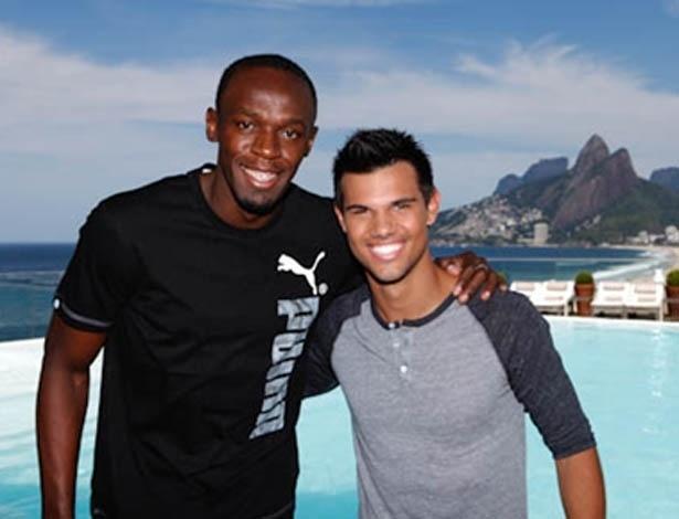 O corredor jamaicano Usain Bolt e o ator Taylor Lautner tiram foto juntos em frente à piscina do Hotel Fasano, no Rio de Janeiro (25/10/12)