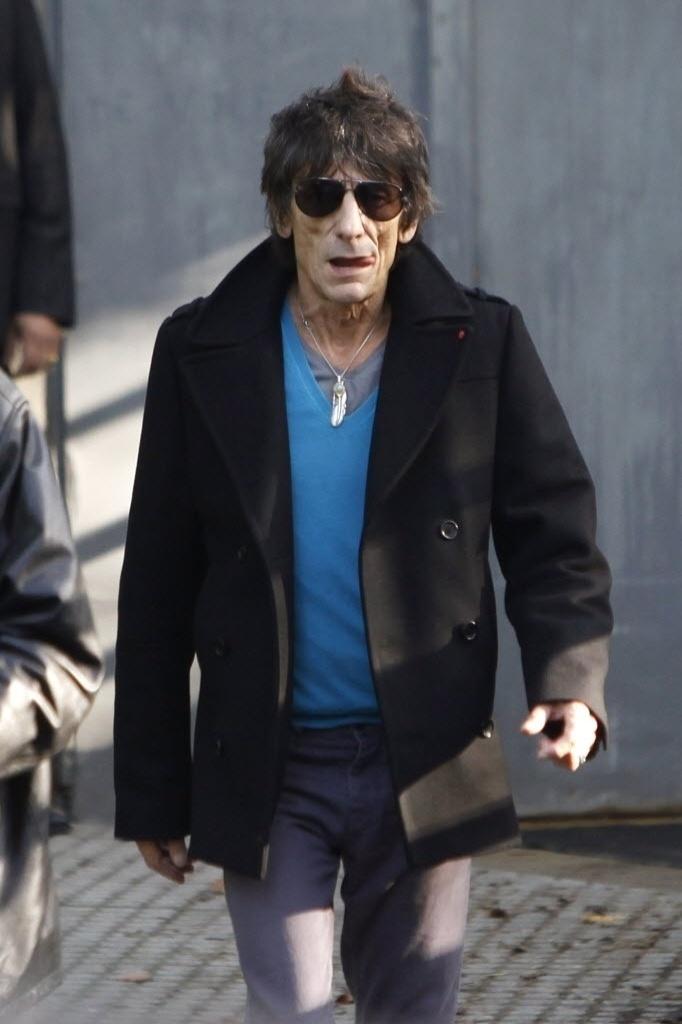 O guitarrista Ron Wood chega em Paris para show com os Rolling Stones (25/10/12)