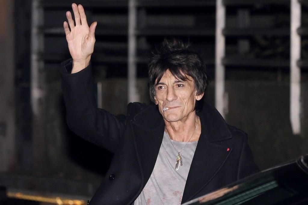 O guitarrista Ron Wood chega em Paris para show com os Rolling Stones e acena para fotógrafos (25/10/12)