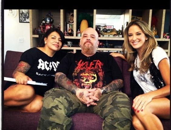 Ticiane Pinheiro posa para foto ao lado de João Gordo e sua mulher Vivi. A apresentadora visitou a casa do jurado do