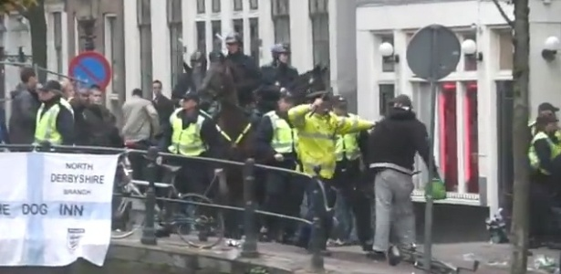 Torcedores do Manchester City entram em confronto com policiais em Amsterd