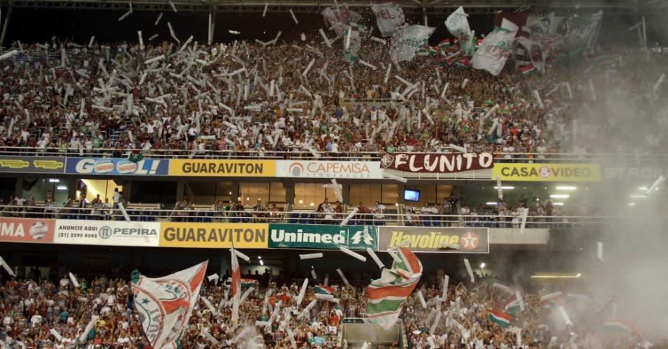 Torcida do Fluminense faz festa nas arquibancadas do Engenhão durante partida contra o Coritiba
