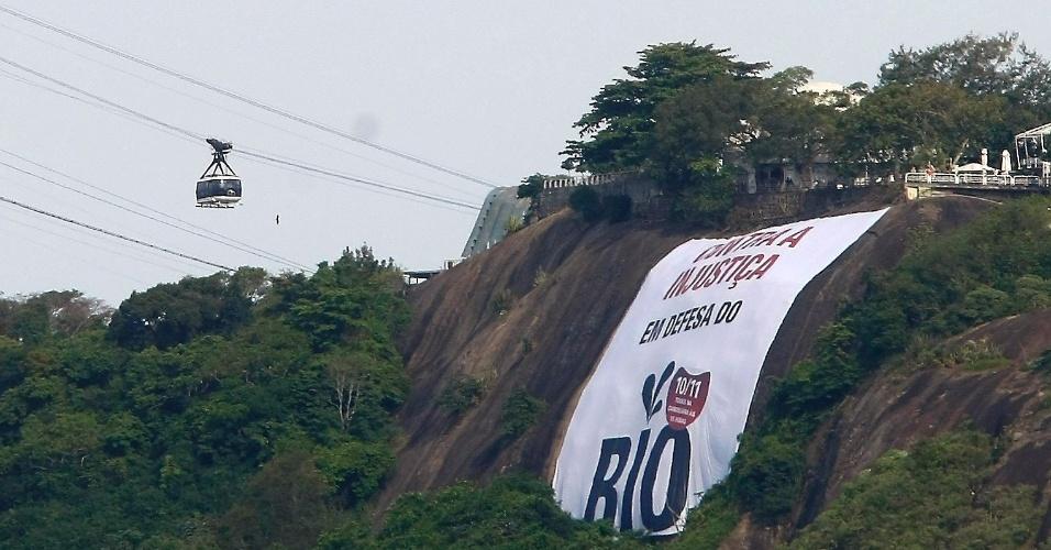 07.nov.2011 - Pão de açucar com a faixa sobre a manifestação contra as mudanças nas regras de distribuição dos royalties do petróleo