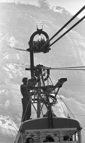 08.out.1971 - Graxeiro trabalha na manutenção do bondinho do Pão de Açúcar