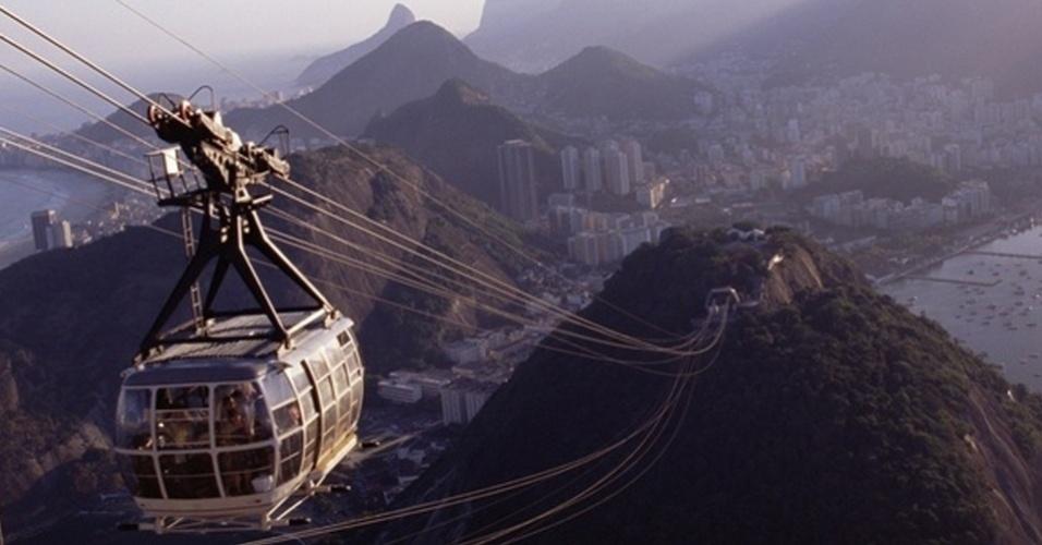 12.abr.2010 - Bondinho faz seu trajeto no Rio de Janeiro