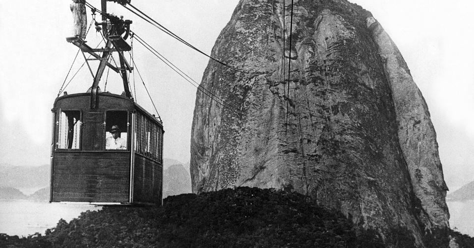 1.jan.1930 - Operário trabalha na manutenção dos cabos do bondinho do Pão de Açúcar em foto da década de 30