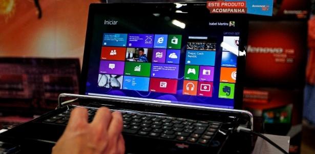 Consumidor manuseia laptop com Windows 8 em evento de lançamento na cidade de São Paulo (SP)