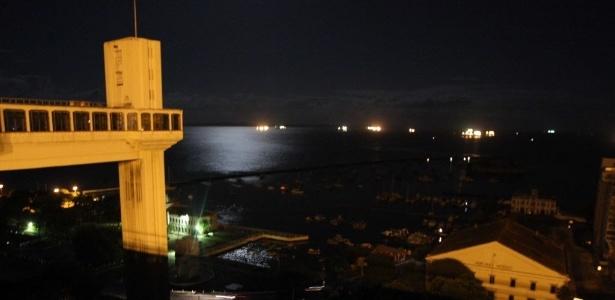 O Elevador Lacerda, cartão-postal da cidade de Salvador (BA), ficou às escuras na noite desta quinta-feira