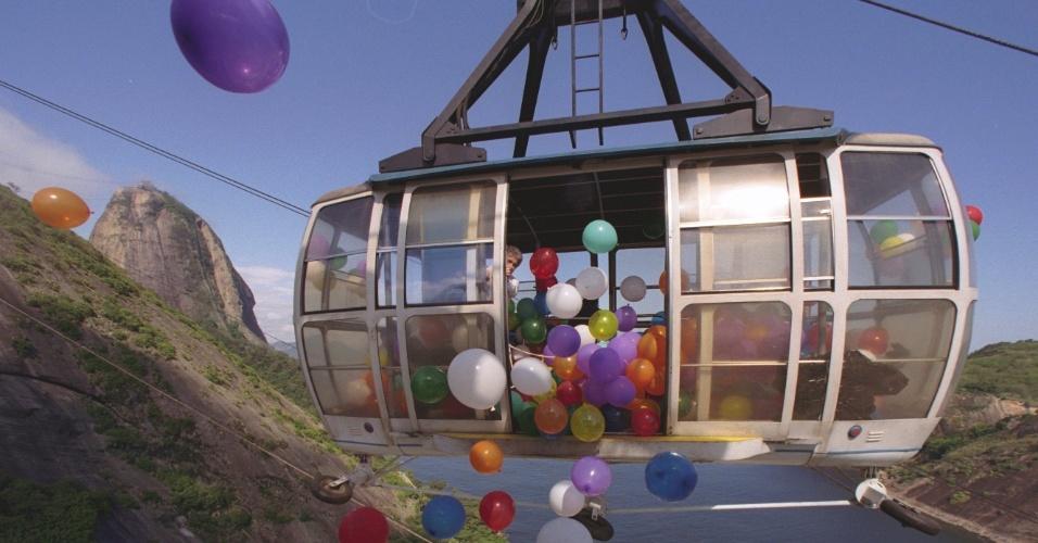 27.out.1997 - Na comemoração de 85 anos do bondinho do Pão de Açúcar, mais de mil balões foram jogados dos carrinhos