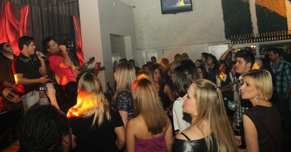 A dupla sertaneja Hugo e Tiago apresentou seu show na casa noturna Café de La Musique, em São Paulo (25/10/12)