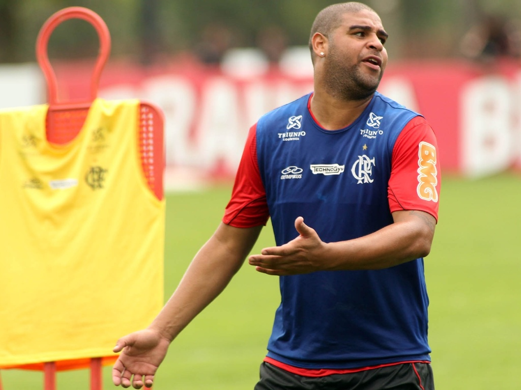 Adriano reclama aps no receber passe durante treino do Flamengo nesta sexta-feira (26/10/2012)