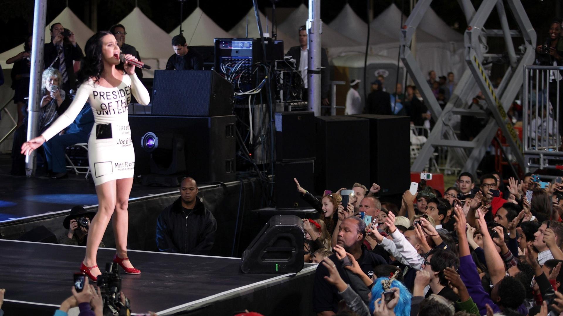 Com vestido que reproduz uma cédula de votação, Katy Perry se apresentou em evento da campanha de Barack Obama em Las Vegas (24/10/2012)