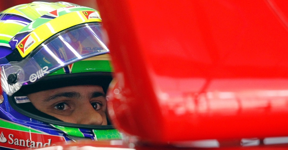 Felipe Massa observa o monitor durante treino livre para o GP da Índia