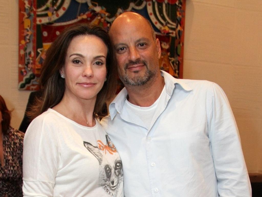 Flávia Monteiro com o namorado Avner Saragossy na estreia para convidados da peça