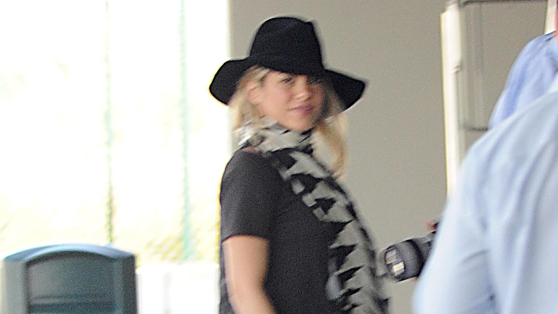 Grávida de seu primeiro filho com o jogador de futebol Gerard Piqué, Shakira exibe a barriga durante passeio em Barcelona. A cantora colombiana espera um menino e já teria escolhido o nome, Uli (24/10/12)