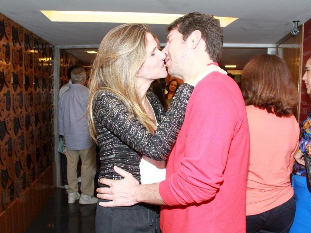 Ingrid Guimarães beija o marido, o publicitário Renê Machado, na estreia para convidados da peça