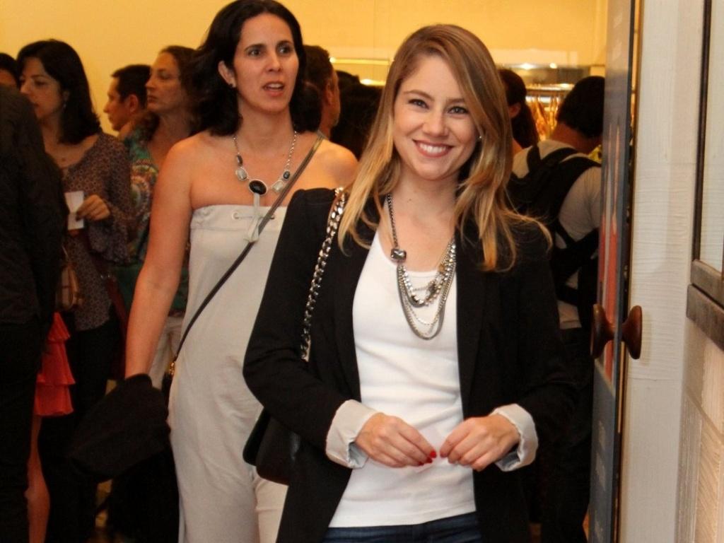 Juliana Baroni vai à estreia para convidados da peça