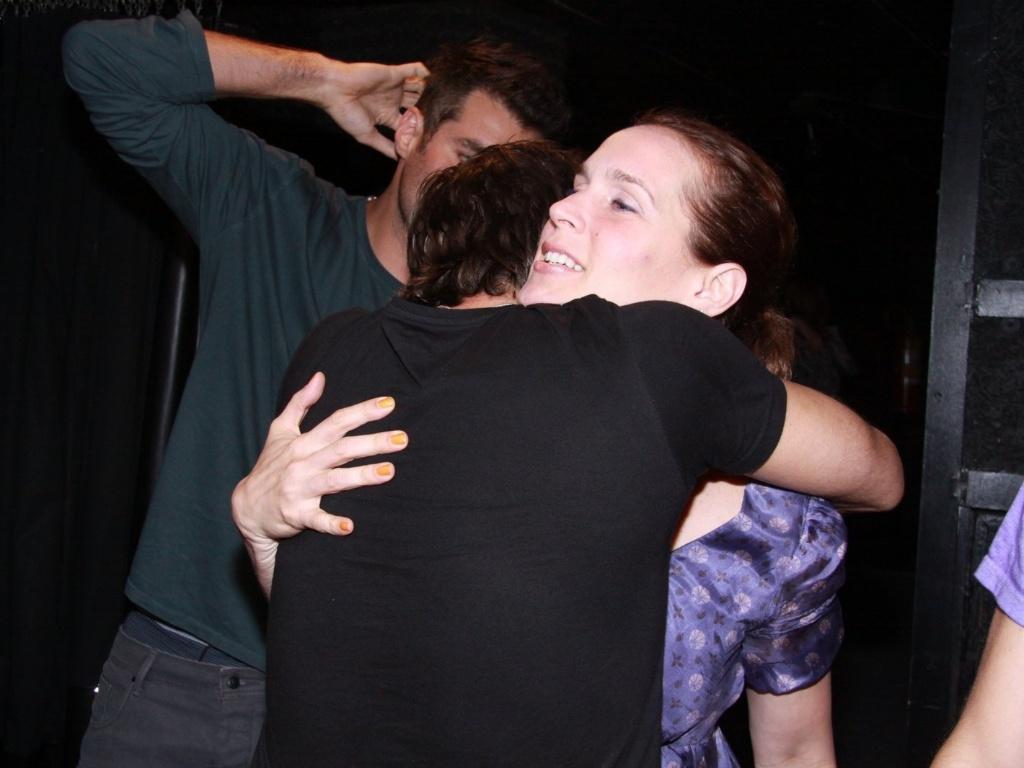 Marcelo Faria abraça Vanessa Lóes, mulher de Thiago Lacerda, na estreia para convidados da peça