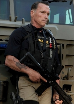 O ator Arnold Schwarzenegger aparece caracterizado como um agente policial no set de filmagens de Ten (26/10/12)