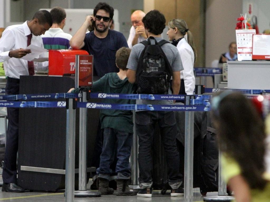 O ator Murilo Benício embarca no aeroporto do Galeão, no Rio de Janeiro, acompanhado dos filhos Pietro e Antonio (26/10/12)
