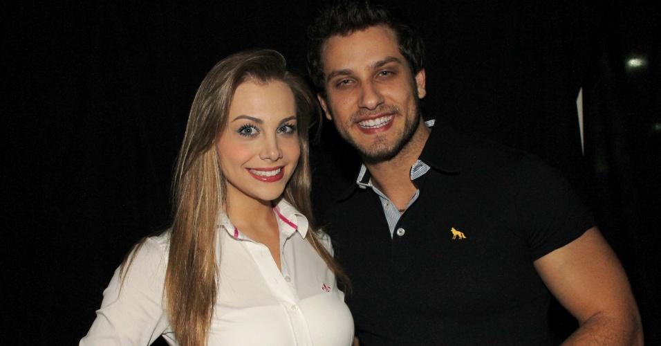 O ex-BBB Eliéser e sua namorada Osyanne no show da dupla sertaneja Hugo e Tiago, que aconteceu na casa noturna Café de La Musique, em São Paulo (25/10/12)