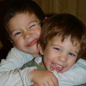 O menino mais novo, Benjamín, abraça o irmão Faustino, que recebeu o transplante